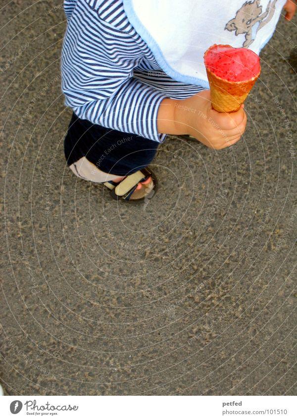 Mein Eis III Waffel Kind Hand Schuhe rot Lätzchen stehen Freizeit & Hobby grau weiß lutschen kalt Kleinkind Mensch festhalten Ernährung Straße Fuß Bündel laufen