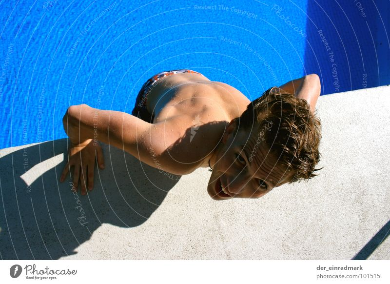 Der Abgrund Schwimmbad Freibad Am Rand springen Klippe grau Beton nass Angst Panik Wege & Pfade lustig lachen Muskulatur Kopf Hinterteil Körper blau Wasser