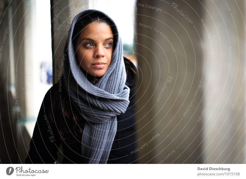 Believe II feminin Junge Frau Jugendliche 1 Mensch 18-30 Jahre Erwachsene Kopftuch blau braun grau schwarz weiß Gefühle Hoffnung Glaube Traurigkeit Sorge
