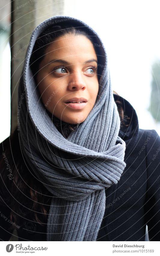 Daran glauben... feminin Junge Frau Jugendliche Erwachsene Kopf Gesicht 1 Mensch 18-30 Jahre Schal Kopftuch schwarzhaarig achtsam Wachsamkeit Selbstbeherrschung