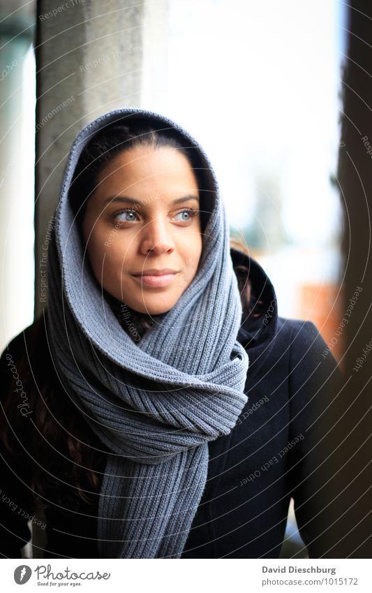 Guter Dinge feminin Junge Frau Jugendliche Gesicht 1 Mensch 18-30 Jahre Erwachsene Mantel Kopftuch schwarzhaarig dünn blau braun grau weiß Zufriedenheit
