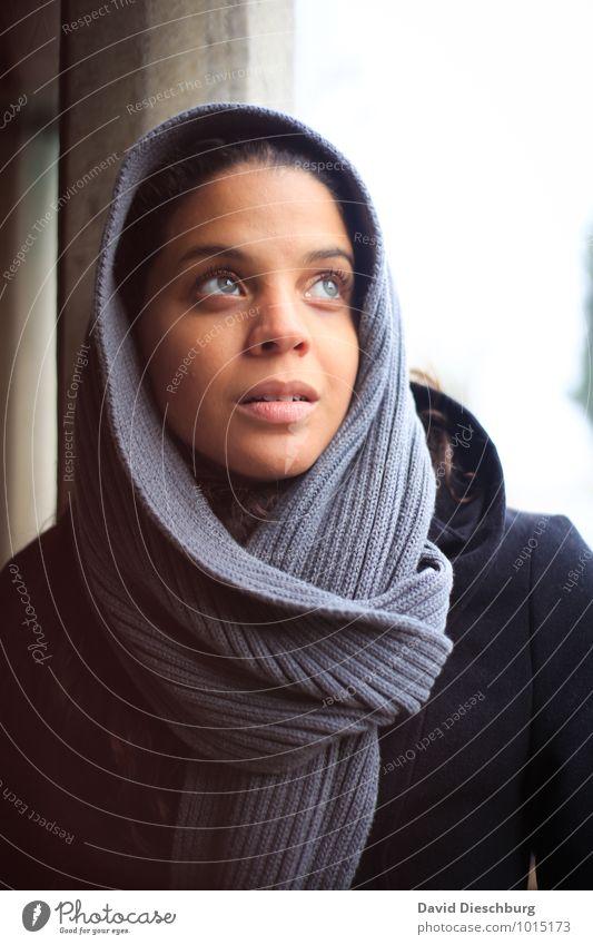 Believe Ferien & Urlaub & Reisen Sightseeing Städtereise feminin Junge Frau Jugendliche 1 Mensch 18-30 Jahre Erwachsene Kopftuch blau grau schwarz weiß Gefühle