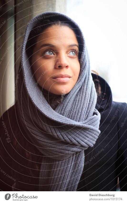 In Gedanken feminin Junge Frau Jugendliche Gesicht 1 Mensch 18-30 Jahre Erwachsene Kopftuch schwarzhaarig blau braun grau weiß Zufriedenheit Optimismus