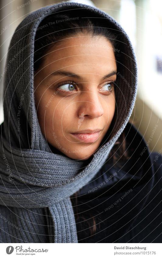Wegsehen feminin Junge Frau Jugendliche Gesicht 1 Mensch 18-30 Jahre Erwachsene Mantel Schal Kopftuch schwarzhaarig blau braun gelb grau weiß Gelassenheit ruhig