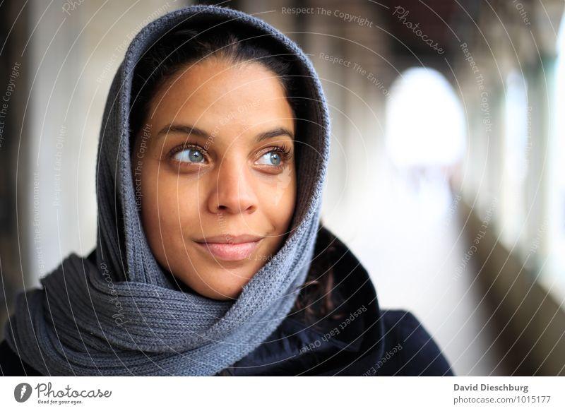 Blick nach vorne feminin Junge Frau Jugendliche Gesicht 1 Mensch 18-30 Jahre Erwachsene Tunnel Architektur Fassade Balkon Terrasse Sehenswürdigkeit Denkmal