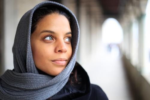 Träumen feminin Junge Frau Jugendliche Kopf Gesicht Auge Nase Mund Lippen 1 Mensch 18-30 Jahre Erwachsene Kopftuch schwarzhaarig beobachten träumen blau braun