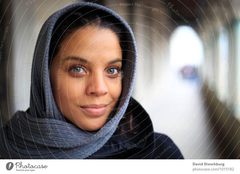 Blickkontakt feminin Junge Frau Jugendliche Leben Gesicht 1 Mensch 18-30 Jahre Erwachsene Kopftuch blau braun gelb grau weiß Gefühle Zufriedenheit Optimismus
