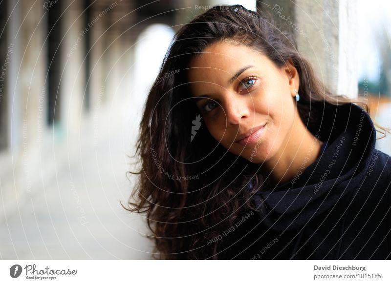 Wartend feminin Junge Frau Jugendliche Gesicht 1 Mensch 18-30 Jahre Erwachsene Mantel Haare & Frisuren brünett Locken dünn schön braun schwarz weiß