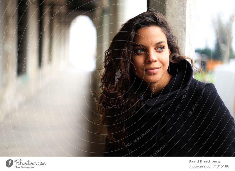 Beobachten feminin Junge Frau Jugendliche Gesicht 1 Mensch 18-30 Jahre Erwachsene Mantel Haare & Frisuren schwarzhaarig brünett Locken blau braun gelb grau weiß