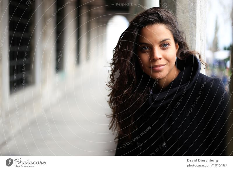 Schönheit feminin Junge Frau Jugendliche Körper Gesicht 1 Mensch 18-30 Jahre Erwachsene Mantel Kopftuch Haare & Frisuren brünett langhaarig Locken blau braun