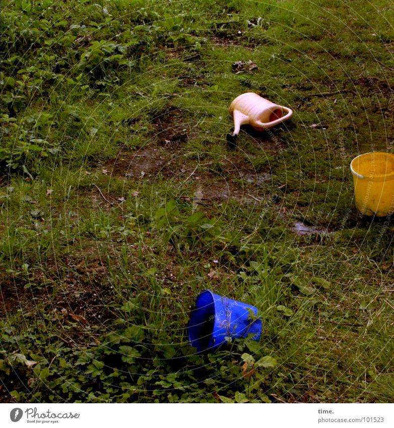 Dreiecksverhältnis Farbfoto Gedeckte Farben Außenaufnahme Dämmerung Garten Sportveranstaltung Feierabend Erde Wasser Gras Gießkanne liegen dreckig blau gelb