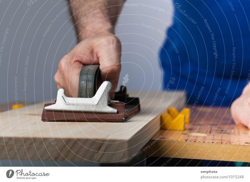 Mann beim Polieren eines Holzbretts in der Werkstatt Behandlung Arbeit & Erwerbstätigkeit Beruf Arbeitsplatz Industrie Baustelle Werkzeug maskulin Erwachsene