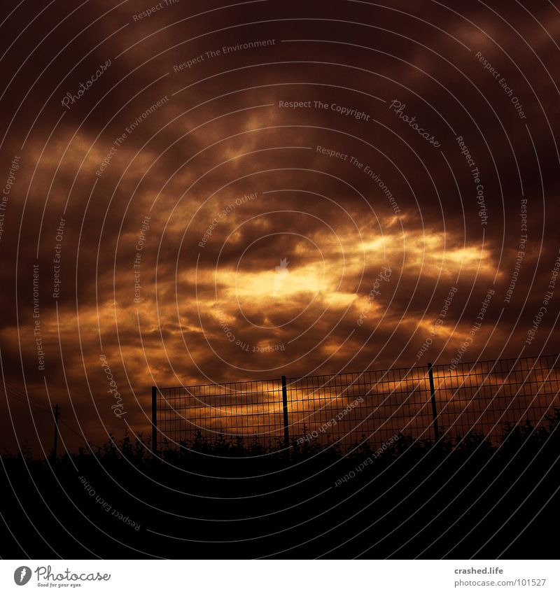 Untergang Himmel Wolken Tod braun Angst Trauer Verzweiflung Zaun Strommast Surrealismus falsch Panik