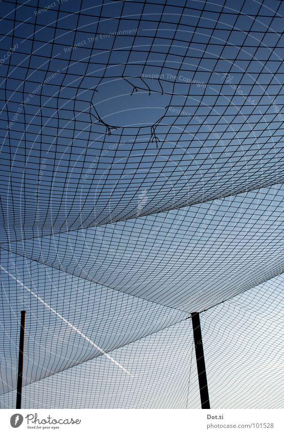 zero Himmel Wolkenloser Himmel Schönes Wetter Netz Netzwerk kaputt Zerstörung Kondensstreifen Sommerloch Zeitreise Durchbruch Verflechtung Fischernetz gerissen
