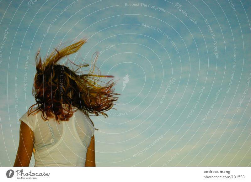 Vom Winde verweht Frau Himmel blau Einsamkeit Haare & Frisuren warten fliegen fahren stehen Freizeit & Hobby genießen Norwegen wehen Fähre Rückfahrt