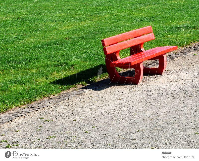 rotgrün Wiese Park Parkbank Pause diagonal Wegrand Einsamkeit leer Verkehrswege Möbel Bank Wege & Pfade Rasen warten sitzen liegen