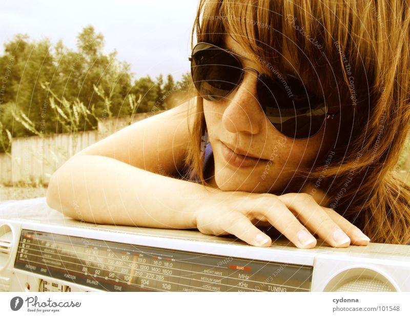 RADIO-AKTIV XI Frau Stil Musik Sonnenbrille Industriegelände Jacke Beton Ghettoblaster Party Aktion Laune Gefühle rückwärts Porträt verfallen Mensch Coolness