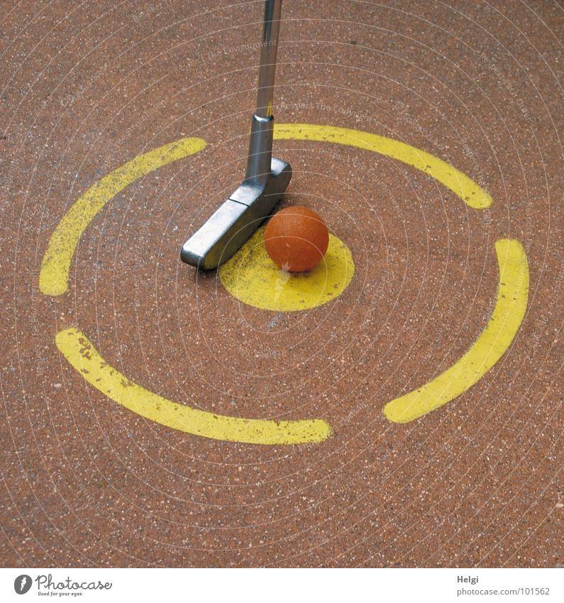 Abschlag... rot Sommer Freude gelb Erholung Sport Spielen Bewegung Metall orange Freizeit & Hobby Beton Erfolg Kreis rund Ball