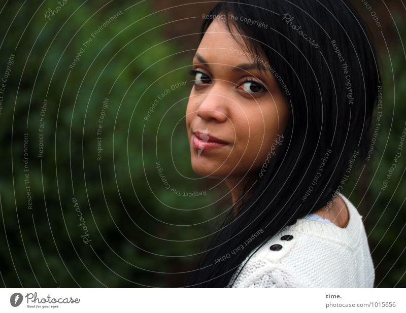 . feminin Junge Frau Jugendliche 1 Mensch Umwelt Natur Landschaft Park Pullover schwarzhaarig langhaarig beobachten Lächeln Blick warten schön selbstbewußt
