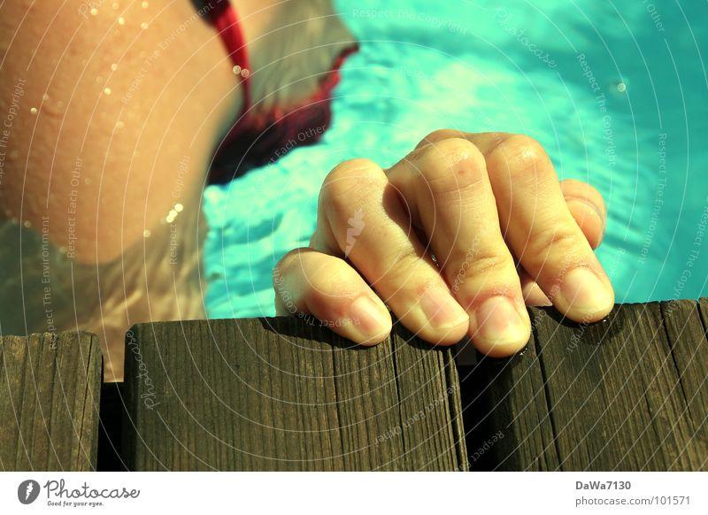 Randschwimmer Hand Wasser Sommer Freude Holz nass Finger Schwimmbad Bikini