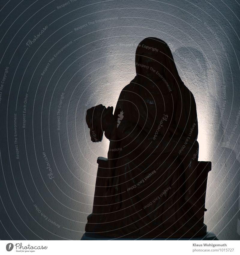 Daß nie eine Mutter mehr.... blau weiß schwarz Traurigkeit Gefühle Tod Holz braun Kunst Kirche Zeichen Trauer Dorf Verzweiflung Skulptur Mitgefühl