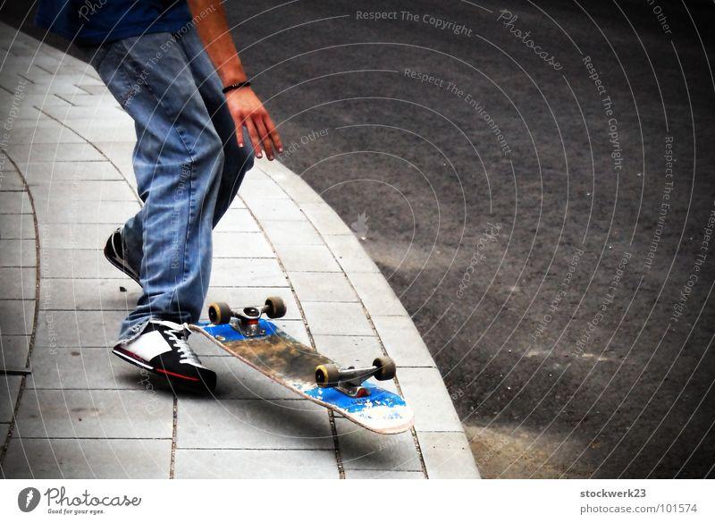 float Freude Straße fliegen Jeanshose Skateboarding Bürgersteig Turnschuh Schweben Trick Bordsteinkante