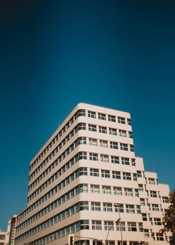 S-H blau außergewöhnlich Fassade Luft Ordnung elegant modern groß Ecke Streifen retro Vergangenheit Wolkenloser Himmel harmonisch Stadtzentrum Sehenswürdigkeit