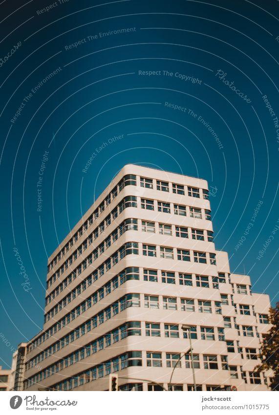 Shell-Haus Sightseeing Bauhaus Wolkenloser Himmel Bürogebäude Fassade Sehenswürdigkeit Wellenform elegant retro blau innovativ Symmetrie Vergangenheit