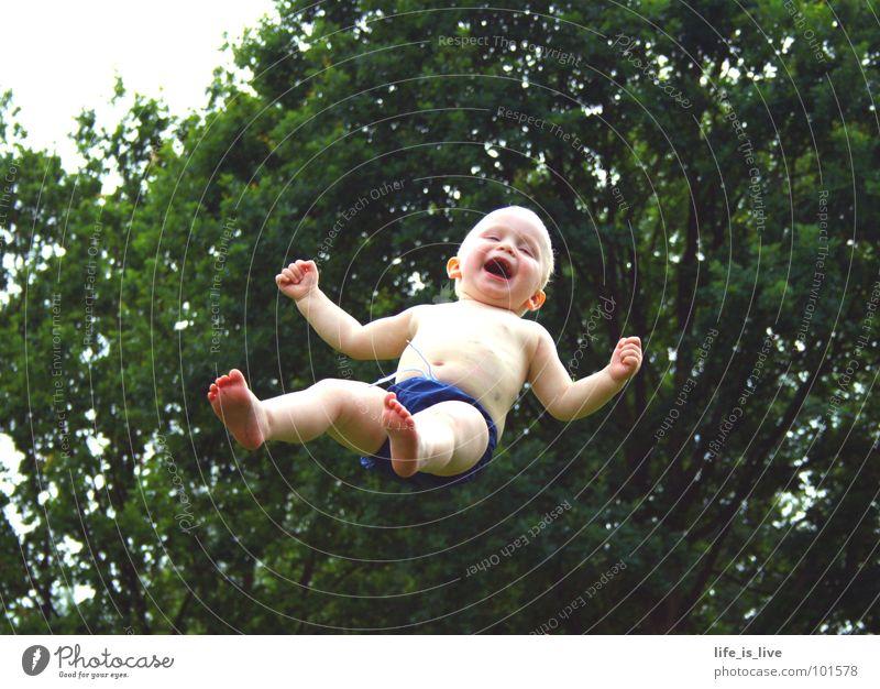 i_believe_i_can _fly_² Baby süß Sommer Kind Aktion Schwerelosigkeit Unfallgefahr Kleinkind Funsport Freude fliegen lachen Schwimmen & Baden am See Bedehose