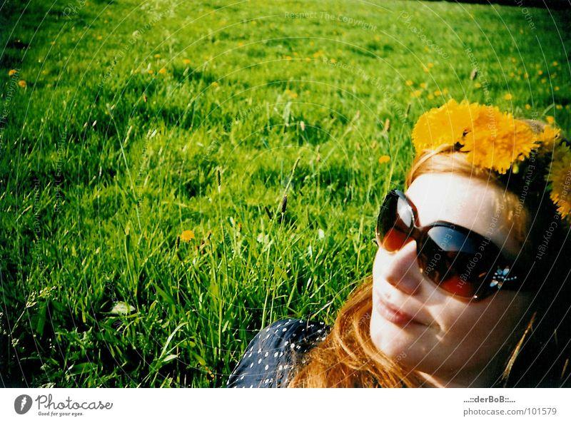Blumenmädchen grün gelb Wiese Sonnenbrille analog Lomografie Farbe Löwenzahn sunglasses lächeln