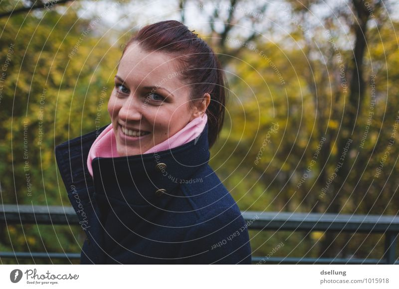 thinking of you. Mensch Jugendliche blau schön grün Junge Frau Freude 18-30 Jahre Wald gelb Erwachsene Gefühle feminin Glück Gesundheit lachen