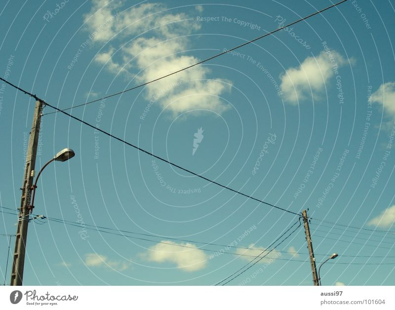 Stromversorger IV Elektrizität Kabel Oberleitung Versorgung Monopol Industrie Detailaufnahme Stromversorgung Energiewirtschaft Verbindung Strommast verrückt