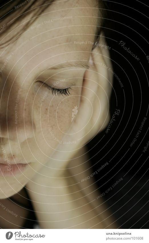 juste un peu de silence Junge Frau Jugendliche Erwachsene Hand Denken Traurigkeit Gefühle Trauer sentimental Erinnerung Sommersprossen Porträt Haut Gesicht