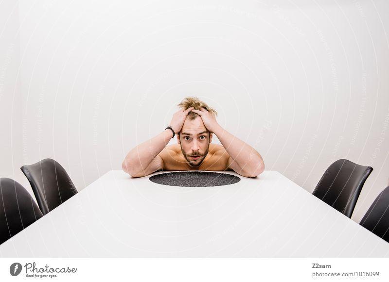 Burn out elegant Stil Gesundheit Stuhl Tisch maskulin Junger Mann Jugendliche 45-60 Jahre Erwachsene blond berühren Denken träumen Traurigkeit einfach natürlich