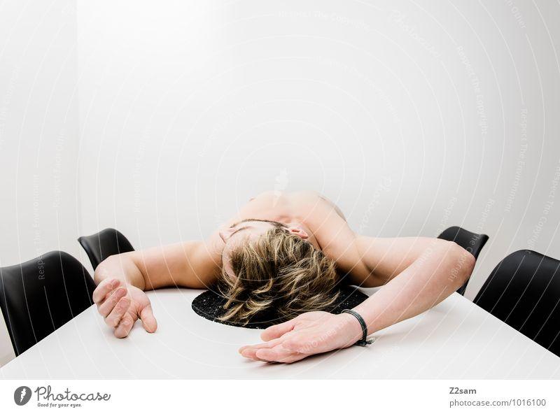 Burn out Jugendliche nackt Erholung Junger Mann Erwachsene Gesundheit liegen maskulin Wohnung Business trist Körper blond Tisch einfach Stuhl