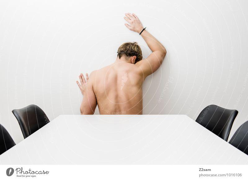 Am Ende elegant Stil Stuhl Tisch maskulin Junger Mann Jugendliche 30-45 Jahre Erwachsene blond berühren festhalten träumen Traurigkeit authentisch einfach