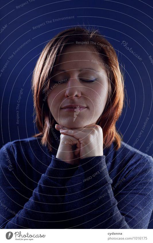 Ruhend schön Gesundheit Erholung ruhig Mensch Junge Frau Jugendliche Leben Gesicht 18-30 Jahre Erwachsene Zufriedenheit Beratung erleben Erwartung Gefühle