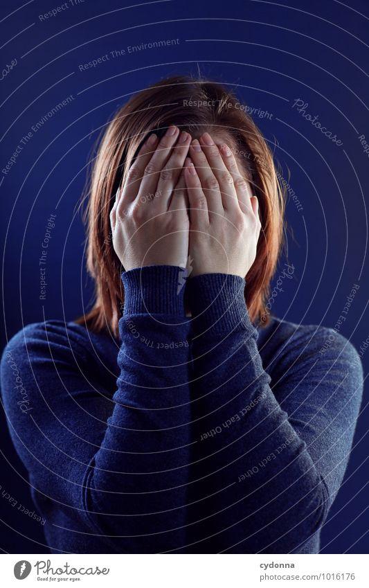 Bin weg! Mensch Jugendliche Junge Frau 18-30 Jahre Erwachsene Leben Traurigkeit Gefühle Gesundheit Gesundheitswesen Angst bedrohlich Pause Schutz