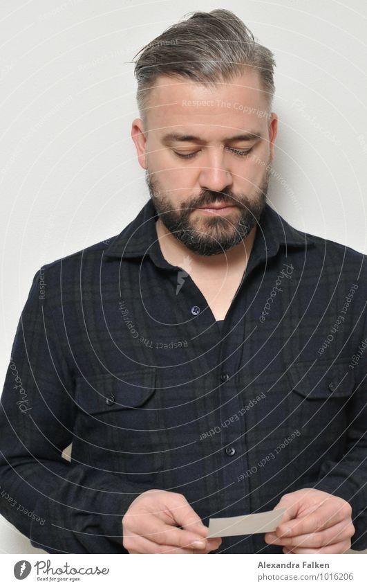 Mann mit Zettel Mensch maskulin Erwachsene Vater 1 30-45 Jahre Hemd kariert Haare & Frisuren kurzhaarig Vollbart Pomade Blick Konzentration ansammeln lesen