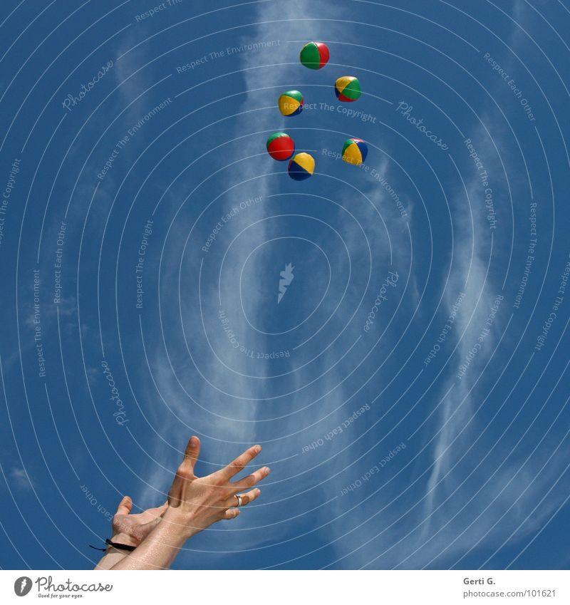 catcher jonglieren Jongleur Hand Armband arrangiert mehrfarbig gelb rot grün himmelblau himmlisch Wolken hochwerfen Kreis Formation Akrobatik Zirkus Kunst