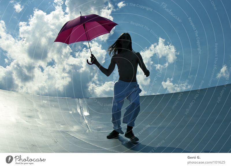Schirmherr Mann Junger Mann langhaarig blond dünn Regenschirm Patron Dürre rosa weiß gestikulieren Wolken himmlisch himmelblau sommerlich Sommer Wind Sturm