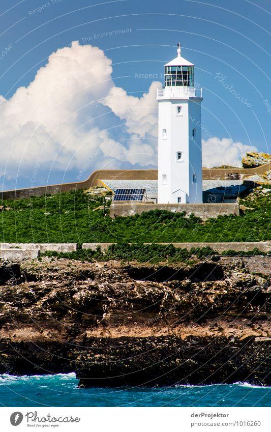 Leuchtturm in Cornwall mit Wolken im Hochformat Natur Ferien & Urlaub & Reisen Meer Landschaft Ferne Umwelt Küste Frühling Freiheit Felsen Wellen Tourismus