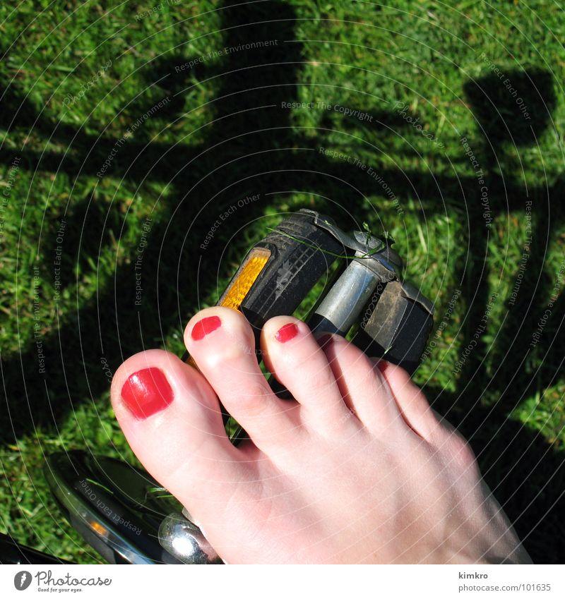sommer Frau grün rot Sommer Freude Wiese Gefühle Glück Fuß Fahrrad Geschwindigkeit Rasen Rad Barfuß Zehen Verkehrsmittel