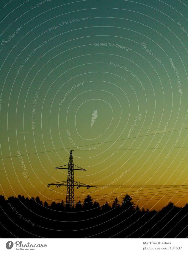 ABEND Stimmung Abenddämmerung Abendsonne grün gelb schwarz Farbverlauf Dämmerung Elektrizität Strommast Vernetzung ländlich Wald dunkel Sonnenuntergang trist