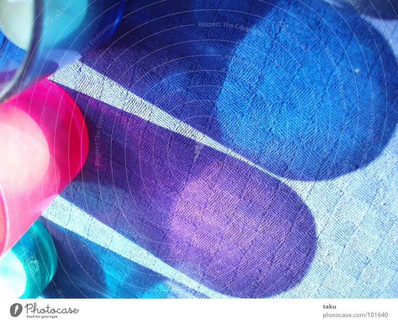 BLUE SHADOW I Glas mehrfarbig Licht Fenster Tisch Möbel Kerze Spielen brennen Nachmittag rosa grün Quadrat Zufall entdecken Sonnenuntergang Schatten shadow blau