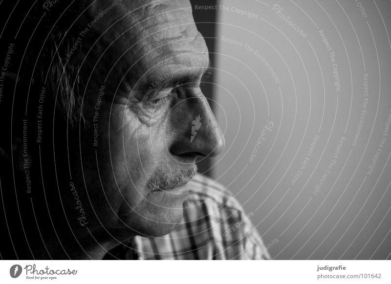 Denken Porträt Mann Senior Unglaube skeptisch Erwartung Bart Weisheit Philosoph Vatergefühl kariert Schwarzweißfoto Gesicht 70+ Blick Nase Falte Charakter