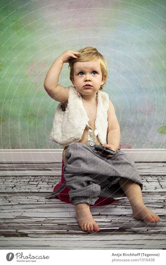 Ähmmmmm, wie war das noch gleich... Mensch feminin Kind Kleinkind Mädchen Schwester Kindheit 1 1-3 Jahre entdecken sitzen Farbfoto Innenaufnahme Studioaufnahme