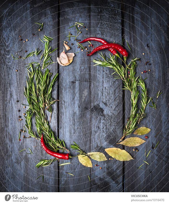 Rosmarin, Chili und Gewürze auf blauem Holztisch Gesunde Ernährung Leben Stil Hintergrundbild Lebensmittel Foodfotografie Design Scharfer Geschmack Küche