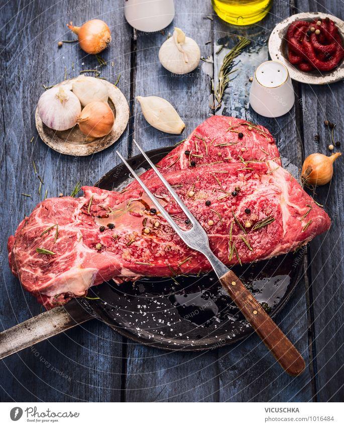 Rindfleisch in alter Pfanne mit Oil und Gewürzen blau Sommer Gesunde Ernährung Leben Stil Holz Lebensmittel Design Fitness Küche Kräuter & Gewürze Gemüse