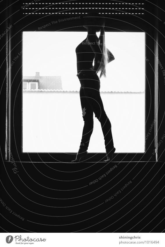 fensterln. feminin Junge Frau Jugendliche Körper 1 Mensch 18-30 Jahre Erwachsene 30-45 Jahre Tanzen Balletttänzer Mauer Wand Fenster Hose bodysuit Gürtel blond